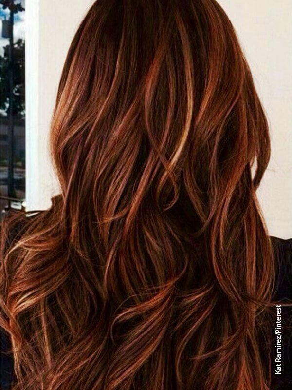Foto de una mujer de espalda que muestra su cabello color cobre