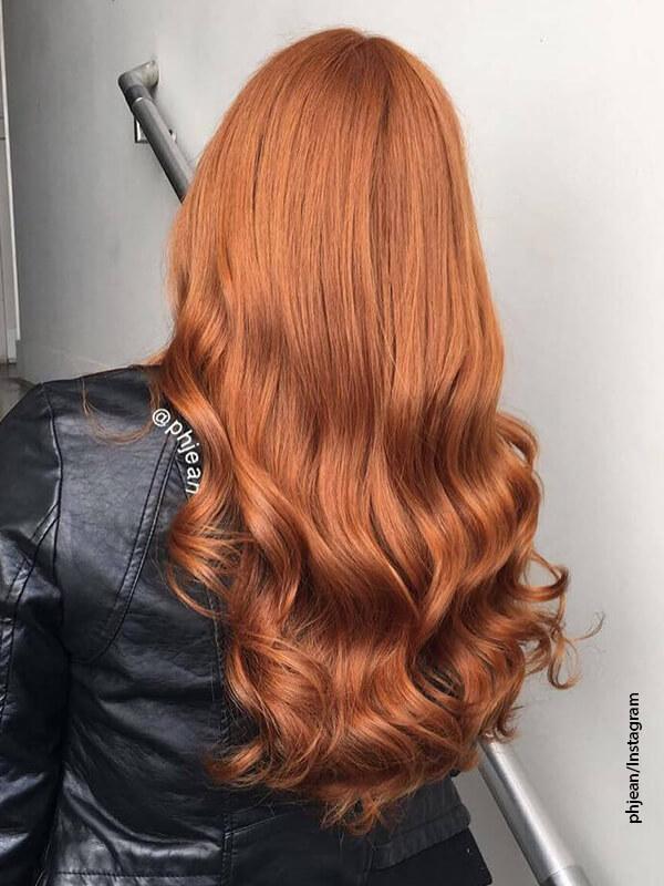 Foto de una mujer de cabello color cobre que está de espaldas a la cámara