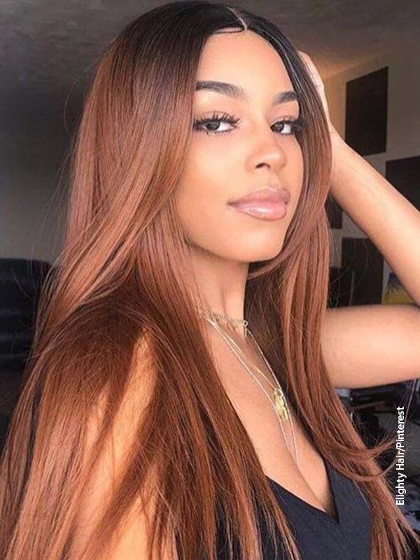 Foto de una mujer mostrando su cabello color cobre