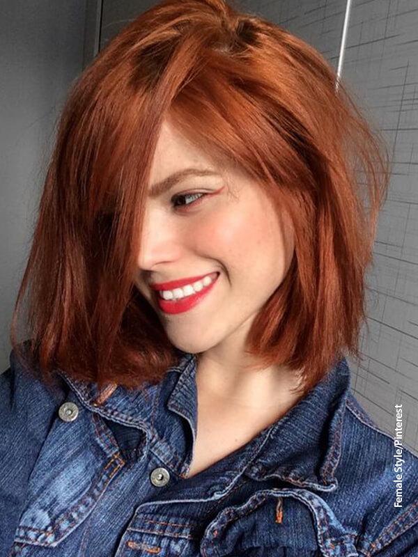 Foto de una mujer de cabello corto sonriendo