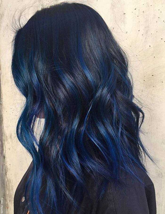 Foto de una mujer con cabello negro azulado