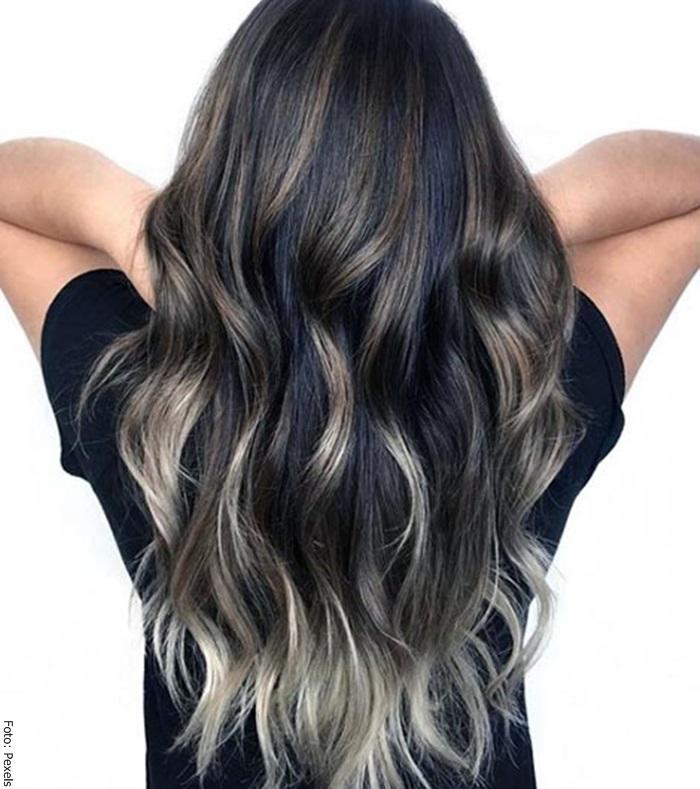 Foto de una mujer con cabello negro y bayalage gris
