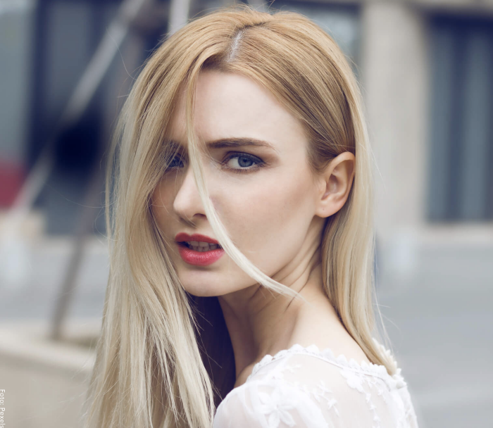 Foto de una mujer con cabello rubio de dos tonos