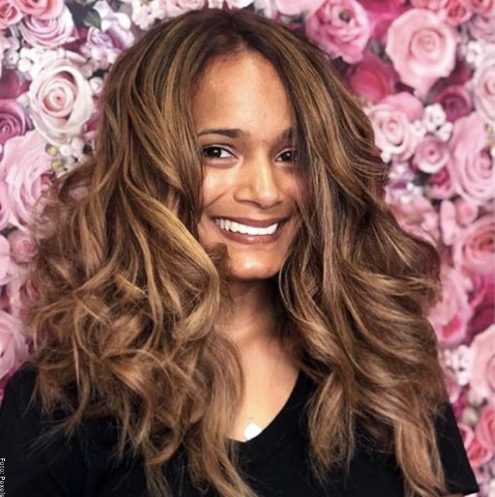 Foto de una mujer con pelo rubio rojizo
