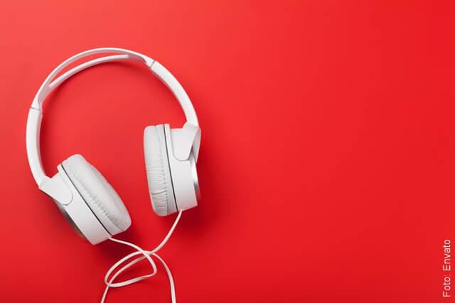 foto de audífonos con fondo rojo