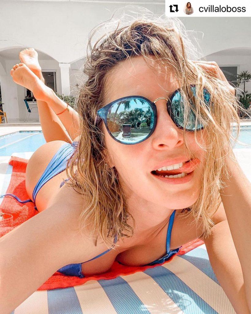 Carmen Villalobos haciendo caras mientras se broncea en bikini.