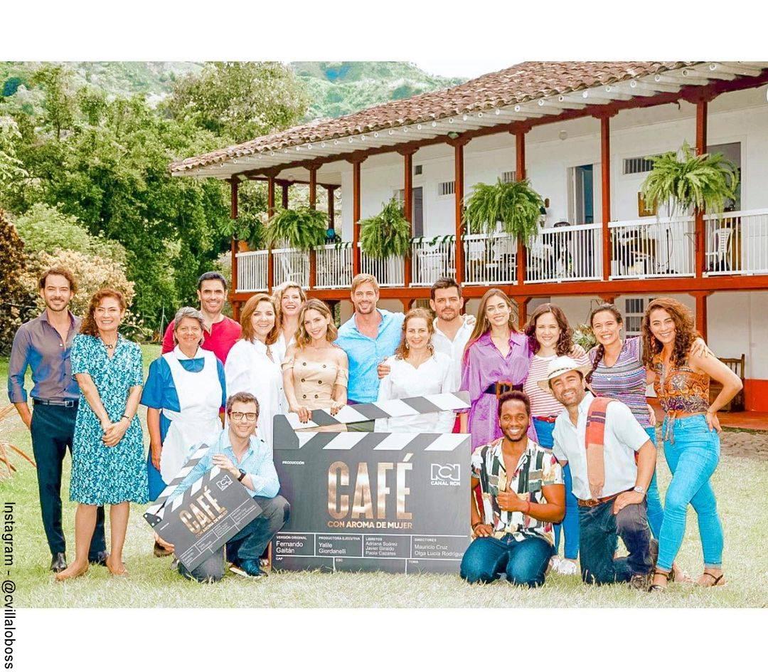 Foto de Carmen Villalobos con el equipo de producción de Café con aroma de mujer