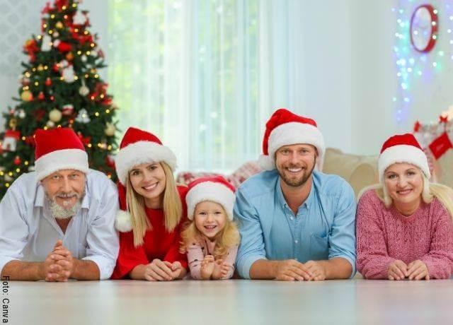Foto de una familia celebrando Navidad