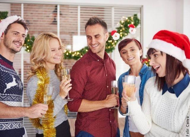 Foto de amigos celebrando las fiestas de fin de año