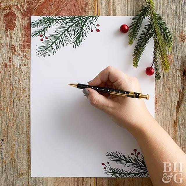Foto de una mano escribiendo en un papel