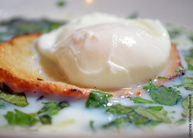 Foto de un huevo pochado sobre una tostada