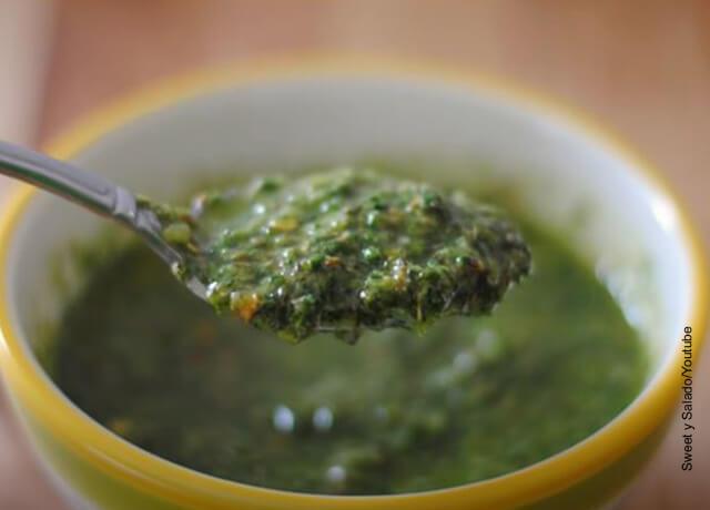 Foto de salsa verde en una cuchara