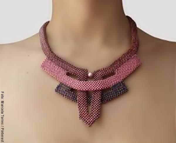 Foto de cuello de una mujer con un collar rosado