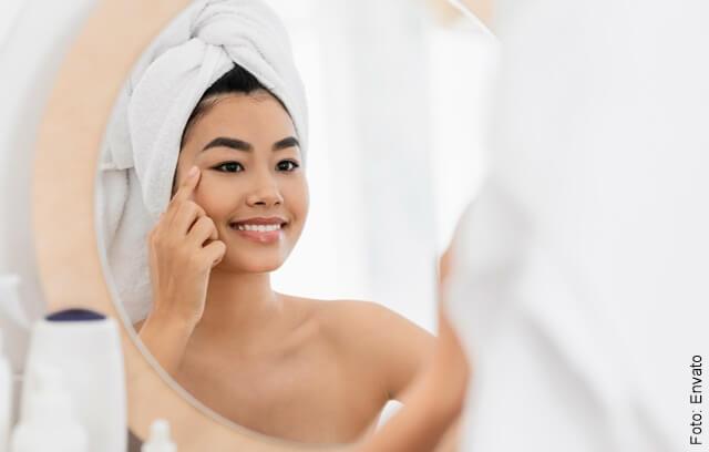 foto de mujer asiática frente al espejo