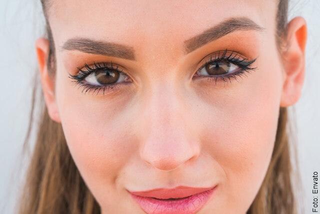foto de mujer con ojos grandes maquillados