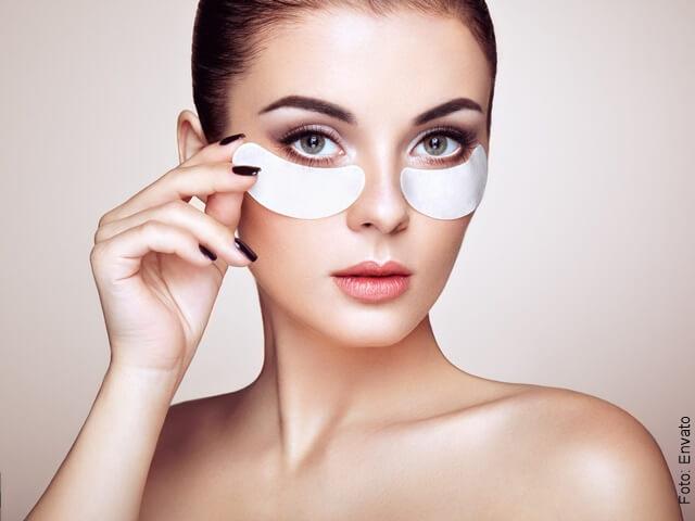 foto de mujer con mascarilla bajo los ojos