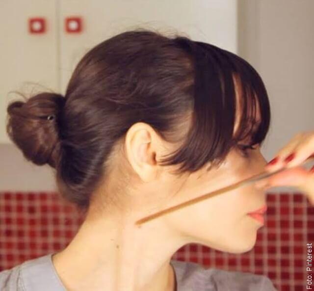 foto que ilustra una mujer cortándose el cabello