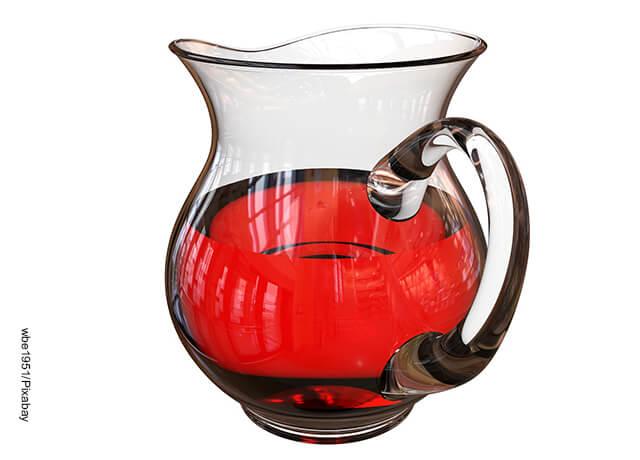 Foto de una jarra con un liquido rojo adentro