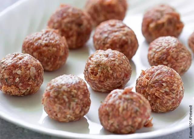 Foto de bolas de carne molida sobre un plato