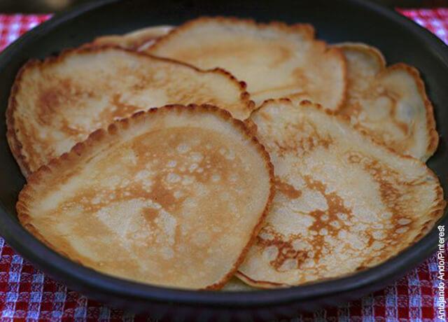 Foto de plato sobre mesa con arepuelas