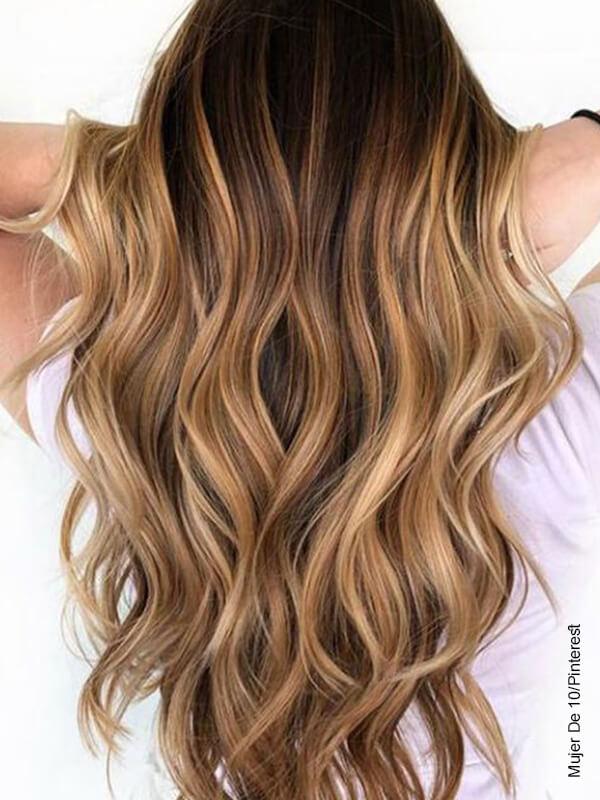 Foto de una joven con cabello dorado