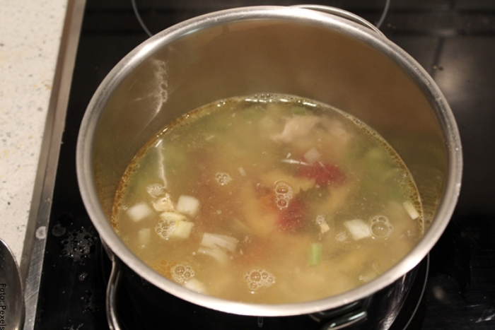 Foto de una olla con ingredientes para ilustrar cómo hacer caldo de pollo