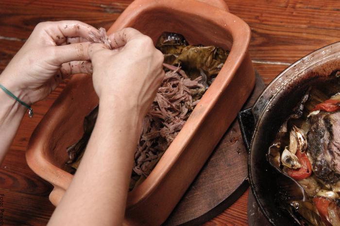 Foto de una mujer desmechando carne
