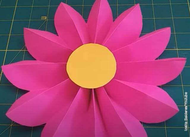 Foto de una flor hecha en cartulina