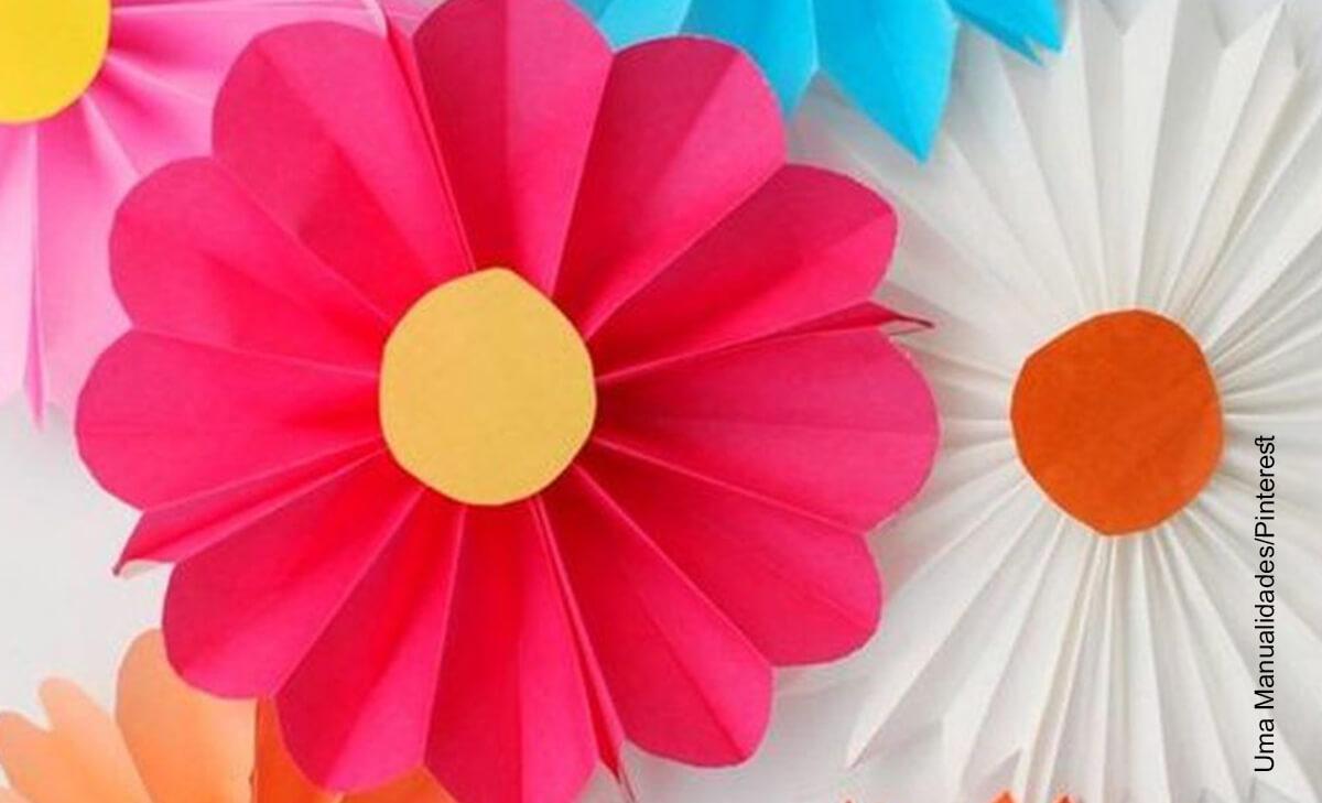 Foto de una manualidad que ilustra cómo hacer flores en cartulina