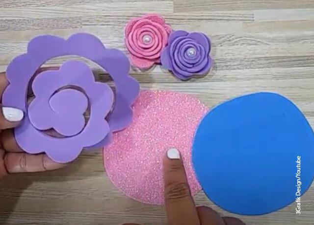 Foto de unos recortes que ilustran cómo hacer flores en foami