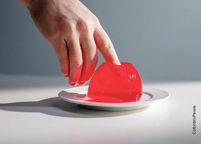 Foto de una persona metiendo su dedo en una gelatina