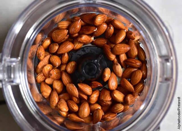 Foto de almendras con agua en un procesador de alimentos