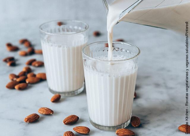 Foto de dos vasos sobre una mesa que ilustran cómo hacer leche de almendras