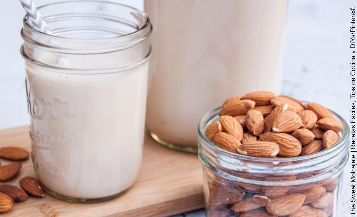 Foto de un vaso de leche y una taza de almendras