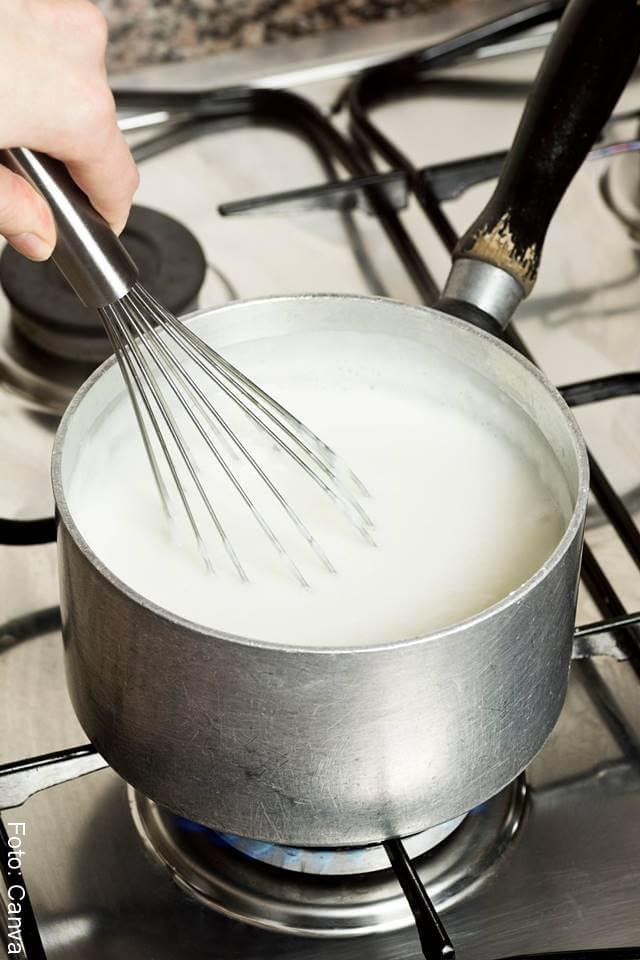 Foto de leche en una olla sobre la estufa