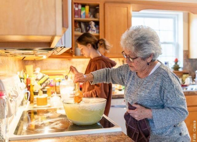 Foto de una abuelita cocinando