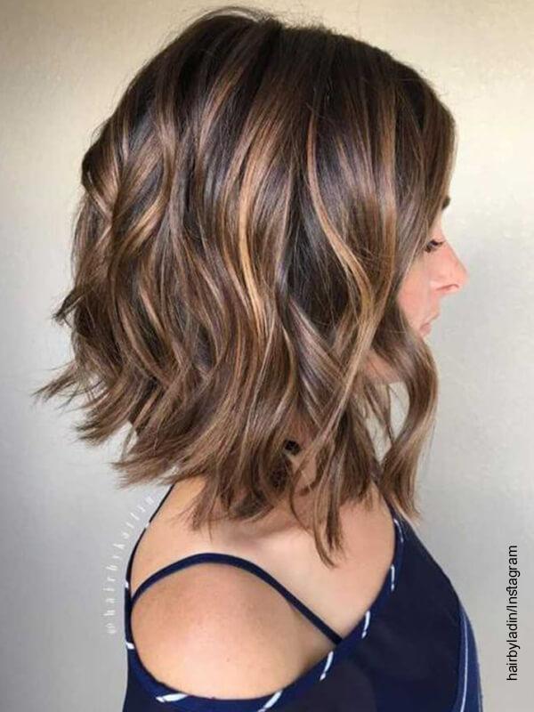 Foto de una mujer de cabello corto que ilustra cómo hacer ondas en el cabello