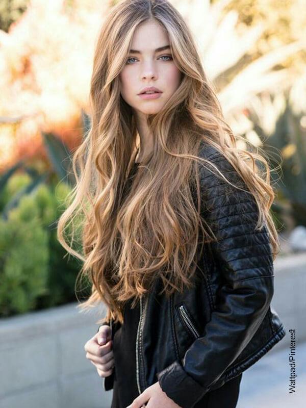 Foto de una modelo de cabello largo posando a la cámara