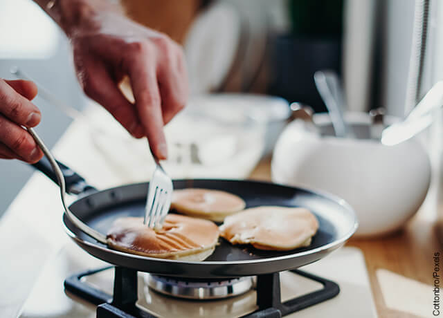Foto de sartén con pancakes dorados