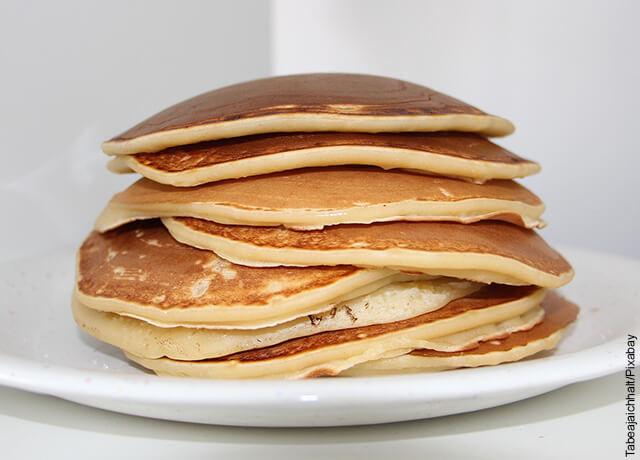 Foto de pancakes servidos sobre un plato