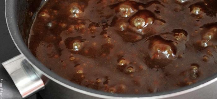 Foto de la salsa cocinando en una olla