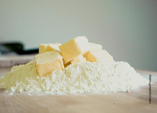 Foto de harina con cubos de mantequilla