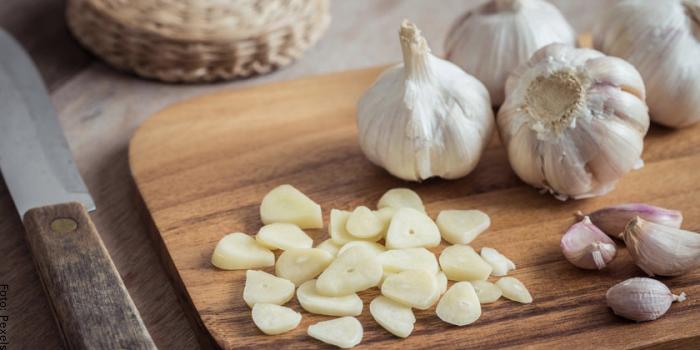Foto de unos ajos picados para ilustrar cómo hacer salsa de ajo