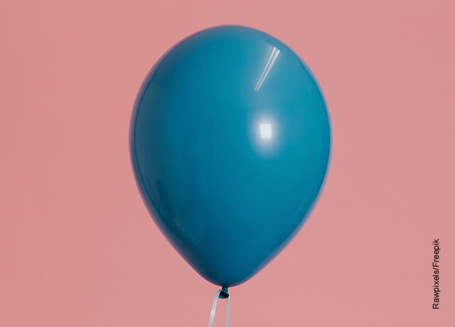 Foto de un globo azul inflado