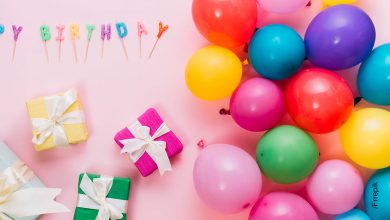 Foto de la decoración para un cumpleaños que muestra cómo hacer un arco de globos