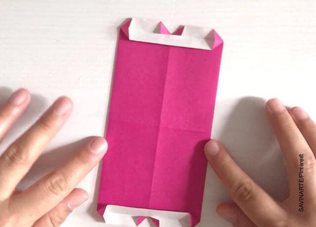 Foto de unas manos que están haciendo pliegues en un papel