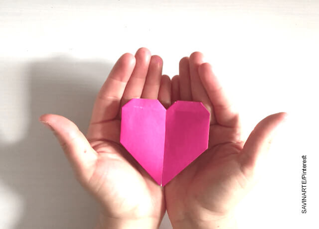 Foto de unas manos mostrando una figura en origami que demuestra cómo hacer un corazón de papel