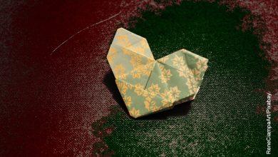 Foto de una hoja con origami que muestra cómo hacer un corazón de papel