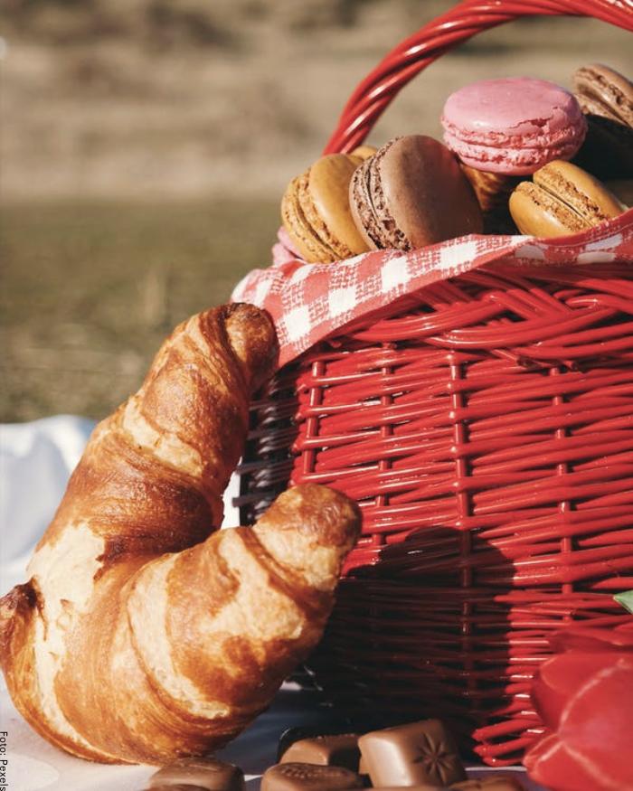 Foto de una cesta con macarons y pan para ilustrar cómo hacer un desayuno sorpresa