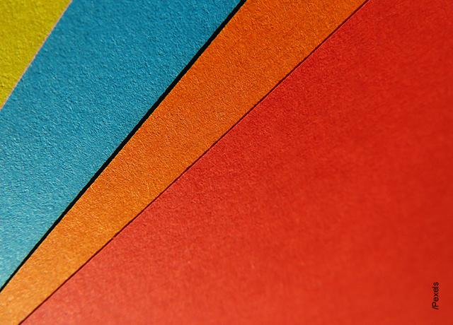 Foto de recortes de cartulina de colores